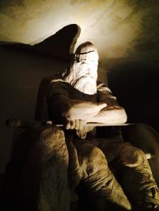 Holger Danske sitzt im Keller des Schlosses. Er schläft und wacht nur dann auf, wenn Dänemark bedroht ist, um den Feind zu bekämpfen.