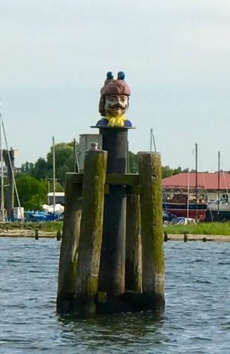 Ein Schwedenkopf begrüßt uns bei der Einfahrt in den Hafen