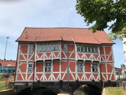 """Das alte Fachwerkhaus """"Gewölbe"""" über der runden Grube"""